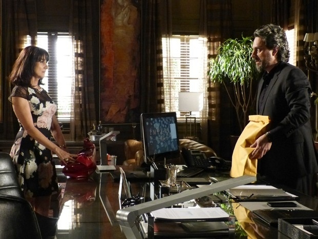 José Alfredo (Alexandre Nero) decide comprar o silêncio da mãe de Isis