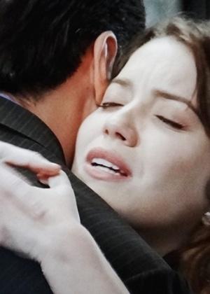 Laura não resiste e abraça o ex-noivo, após ele ajudá-la