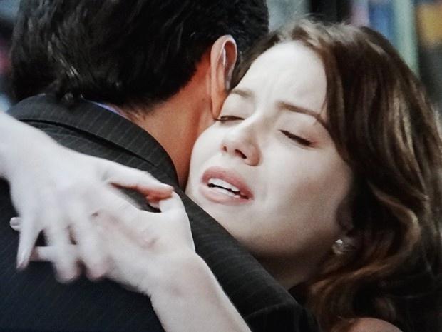 Laura (Nathalia Dill) não resiste e abraça o ex-noivo