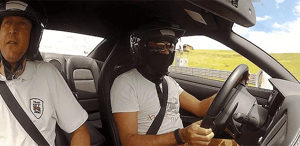 Nissan GT-R câmera on-board UOL Carros - Reprodução - Reprodução