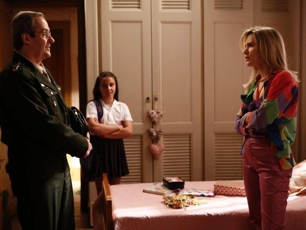 Vitória (Bianca Bin) acaba trancada no quarto pelo pai biológico
