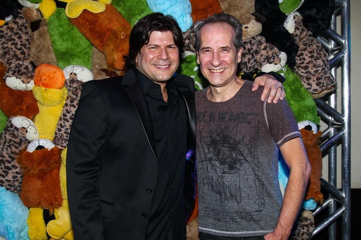 3.dez.2014 - Paulo Ricardo encontra Kiko Zambianchi na 9ª edição do Toy's Party, que incentiva a doação de brinquedos e livros antes do Natal, em um bar na zona sul de São Paulo, na noite desta quarta-feira