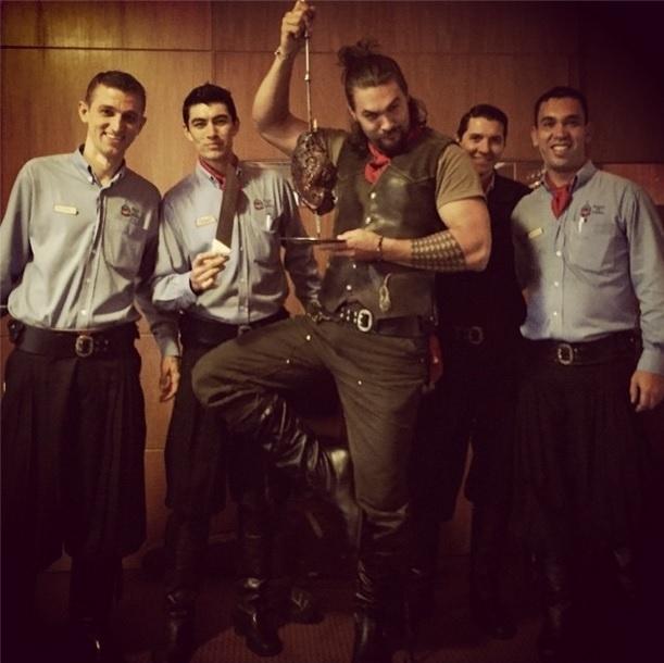 4.dez.2014 - Bem-humorado, o ator Jason Momoa encarnou um gaúcho numa churrascaria brasileira, em São Paulo