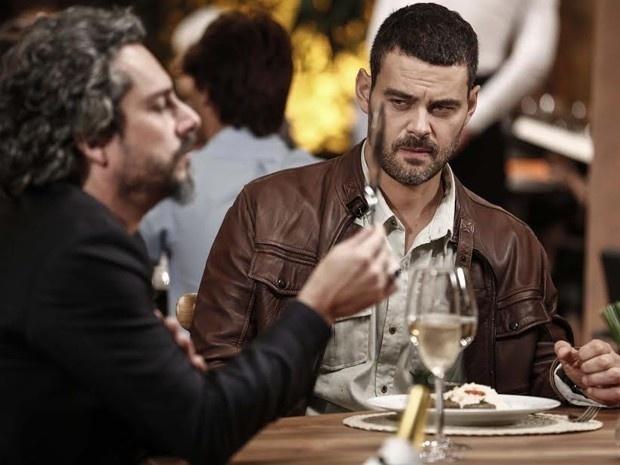 4.dez.2014 - José Alfredo (Alexandre Nero) ameaça Maurílio (Carmo Dalla Vechia) com uma faca