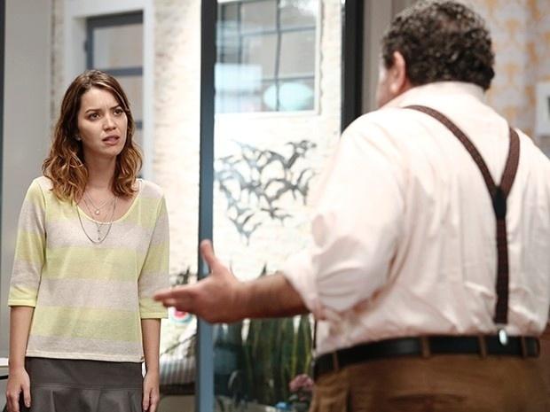 4.dez.2014 - Vicente (Otávio Augusto) conta a verdade para a neta Laura (Nathalia Dill)