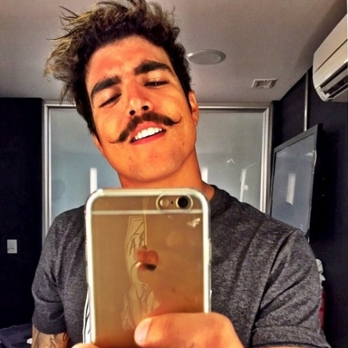 Após platinar o cabelo, Caio Castro volta a ser moreno