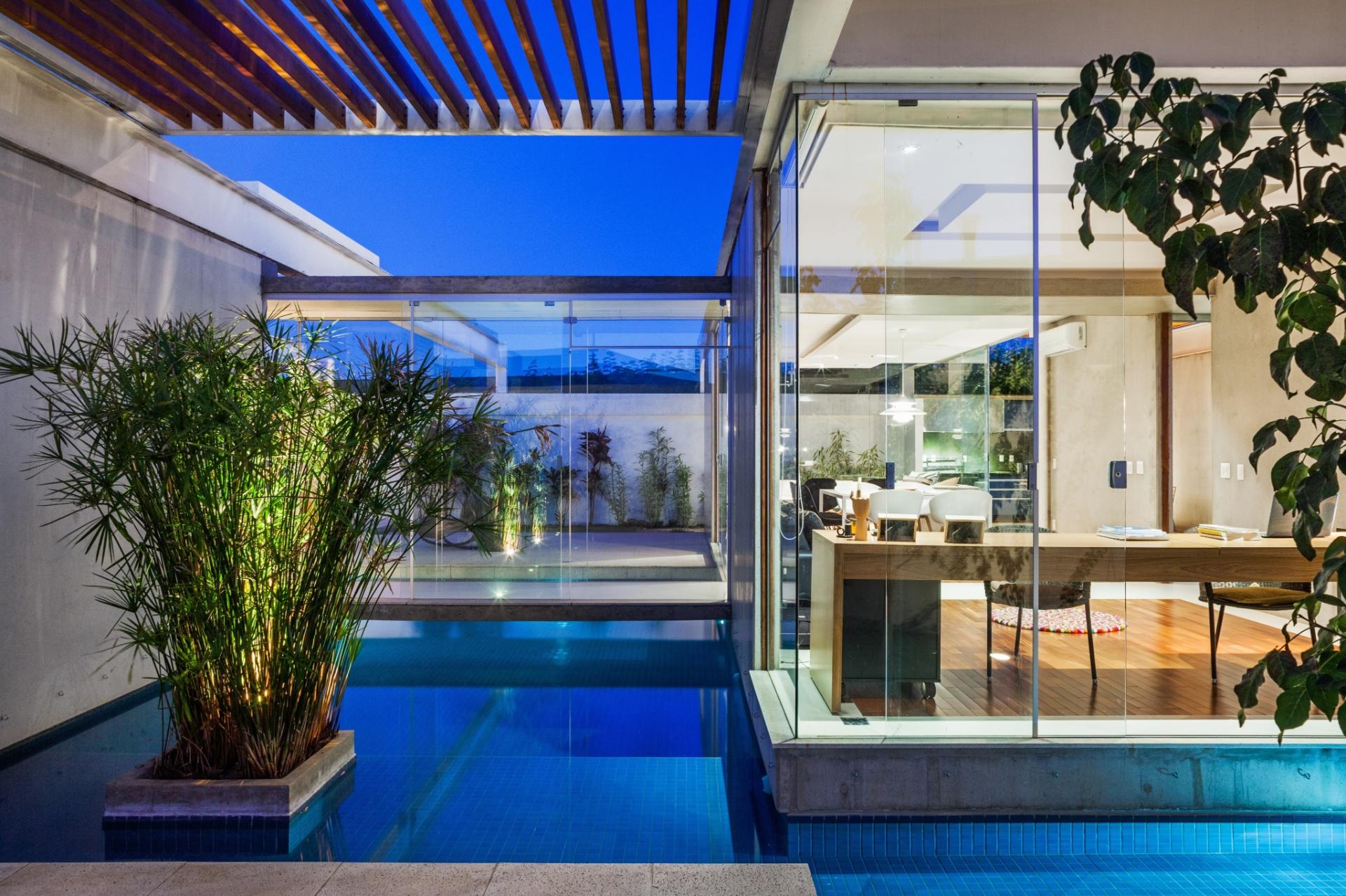 Nada melhor do que trabalhar com a sensação de frescor trazida pela piscina, que também funciona como espelho d'água, na Casa das Pérgolas, projetada pelo escritório FGMF Arquitetos. O paisagismo da residência em Bauru (SP) é assinado pelo Studio Ilex