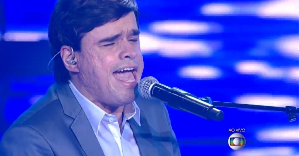 04.dez.2014 - Edu Camargo canta