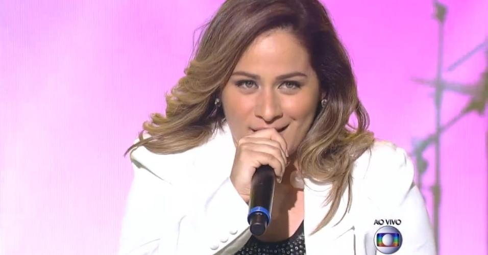 04.dez.2014 - Paula Marchesini canta
