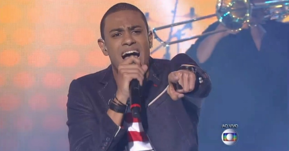 04.dez.2014 - Romero Ribeiro canta