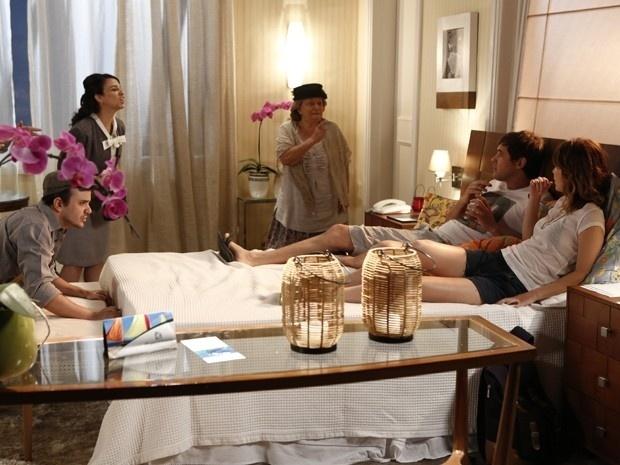 5.dez.2014 - Espíritos atrapalham momento romântico entre Laura (Nathalia Dill) e Caíque (Sérgio Guizé)