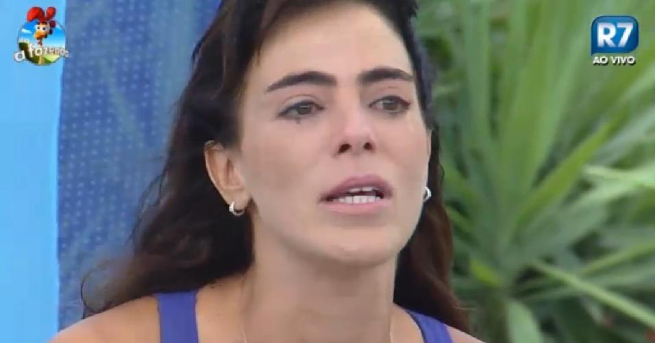 5.dez.2014 - Heloísa Faissol chora em atividade de