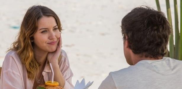 Laura conta para seu namorado, Caíque, que ainda encontra o ex