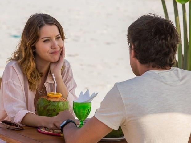 5.dez.2014 - Laura (Nathalia Dill) conta para Caíque (Sérgio Guizé) que ainda encontra o ex
