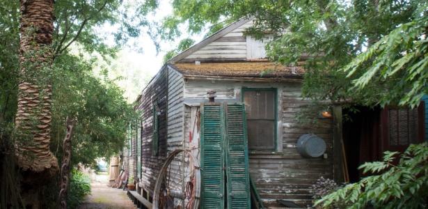 Casa e ateliê de Dawn DeDeaux, em Nova Orleans, com aspecto rústico e artístico - Paul Costello/ The New York Times