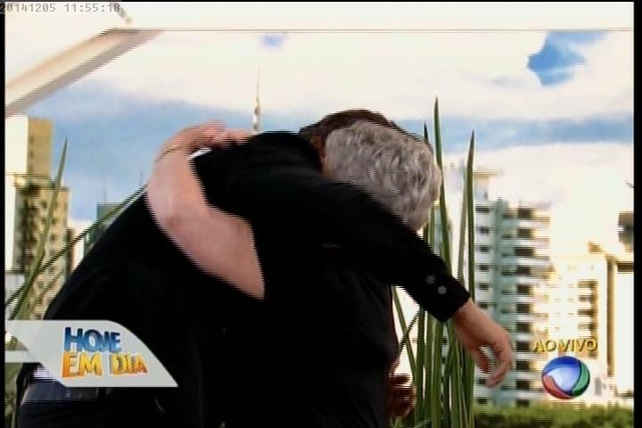 Leo Rodriguez reencontra a avó após 13 anos, no