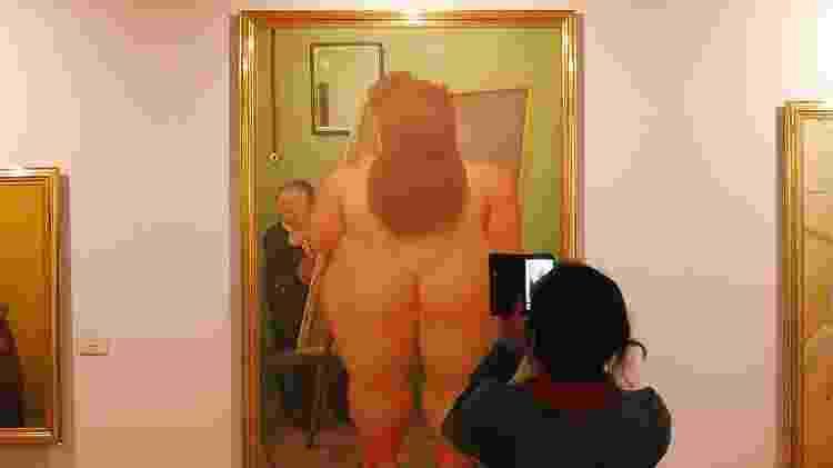 Visitante tira foto de obra no Museu Botero, em Bogotá - Adriana Terra/UOL - Adriana Terra/UOL