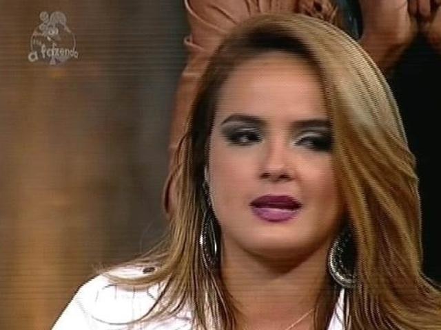"""5.dez.2014 - MC Bruninha vota em Babi Rossi para a última roça de """"A Fazenda 7"""""""