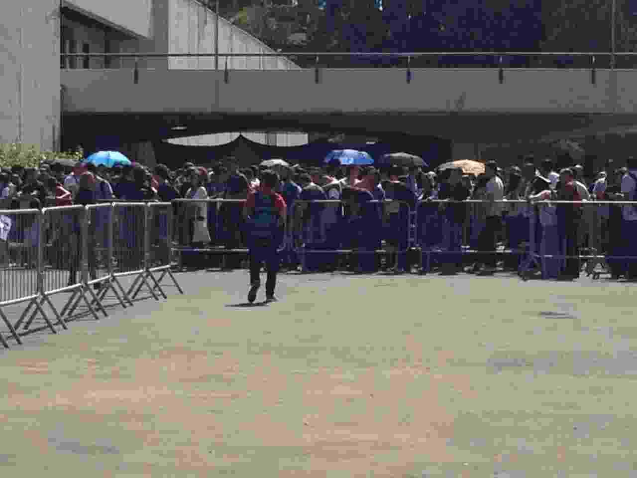 6.dez.2014 - Alguns fãs se protegeram do sol com sombrinhas na fila do 3º dia da Comic Con Experience - Guilherme Solari/UOL