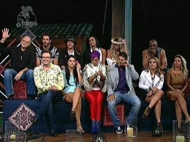 """6.dez.2014 - Peões eliminados de """"A Fazenda 7"""" se reúnem para votar na última roça do reality show"""