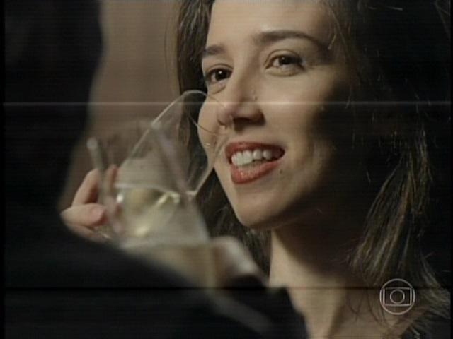 Cora (Marjorie Estiano) bebe champanhe no encontro com Zé Alfredo (Alexandre Nero)