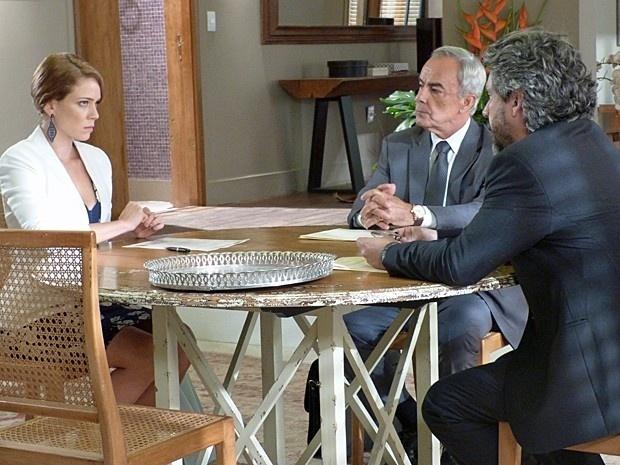 Receosa, Cristina (Leandra Leal) aceita a decisão de Zé Alfredo (Alexandre Nero) e assina os papéis que lhe garantem a liderança da joalheria em