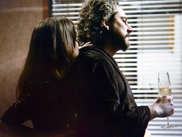 Zé Alfredo (Alexandre Nero) fica pouco à vontade ao ter que ceder aos carinhos de Cora (Marjorie Estiano) em