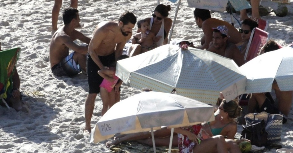 6.dez.2014 - Cauã e Grazi curtiram a praia com a filha Sofia, na tarde deste sábado, no Rio de Janeiro