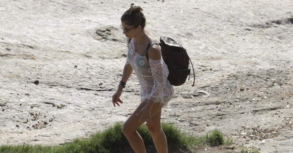 6.dez.2014 - Grazi Massafera deixa praia da Joatinga no Rio de Janeiro. A atriz estava no local com a filha Sofia, de 2 anos, e o ex-marido, Cauã Reymond
