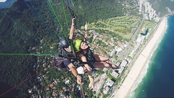 7.dez.2014 - Corajosa! Com a ajuda de um instrutor, a atriz Bruna Marquezine saltou de parapente neste domingo (7)