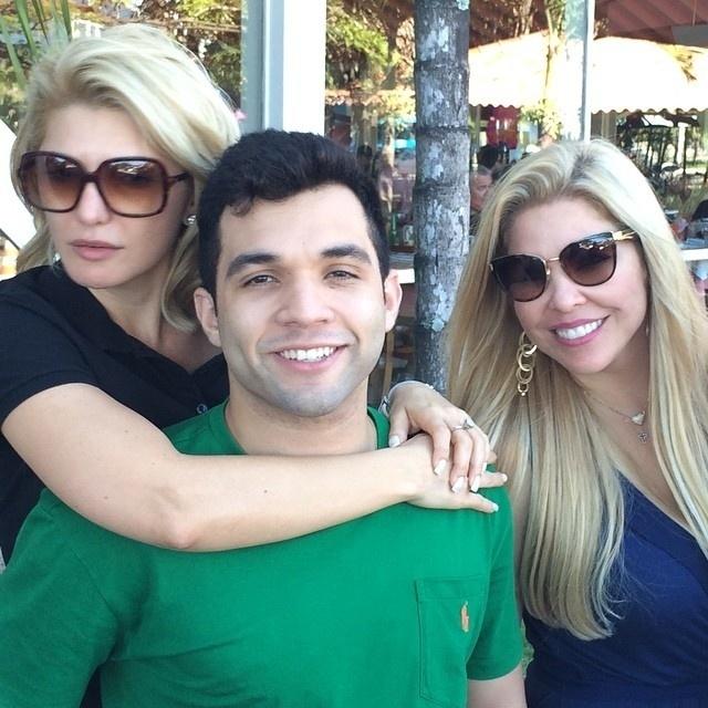7.dez.2014 - Em família? Antônia Fontenelle publicou uma foto com Jonathan Costa e a mãe dele, Verônica Costa.