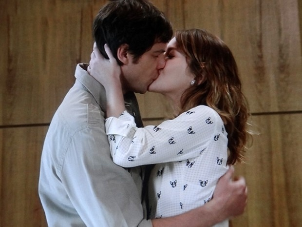 Após surto de Caíque (Sergio Guizé) com espíritos, Laura (Nathalia Dill) procura o namorado e se declara em