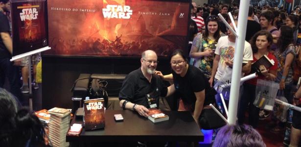 """O escritor Timothy Zahn autografa o livro """"Herdeiro do Império"""" na Comic Con Experience, em São Paulo - Guilherme Solari/UOL"""