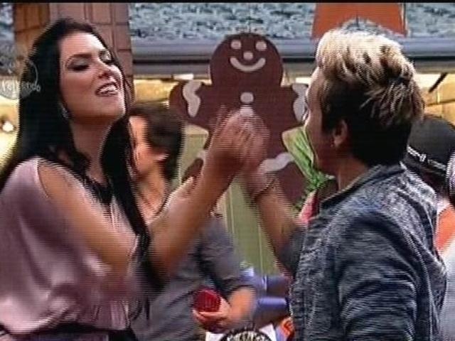 """08.dez.2014 - Débora Lyra cumprimenta DH na última festa de """"A Fazenda 7"""""""