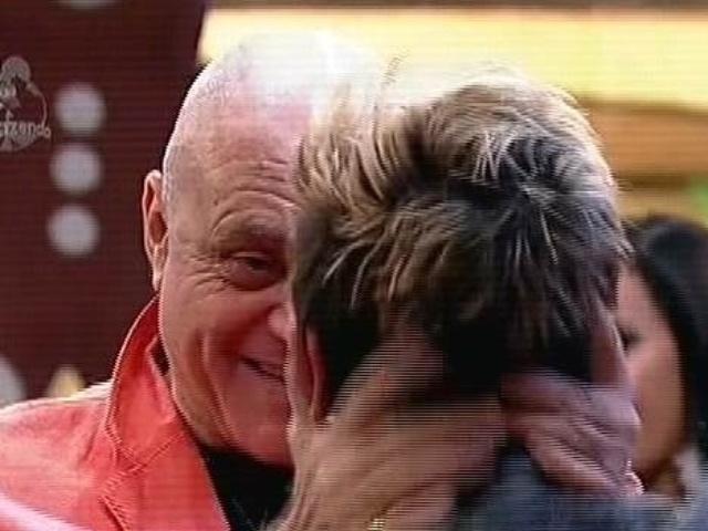 "08.dez.2014 - Na última festa de ""A Fazenda 7"", Oscar Maroni abraça DH"