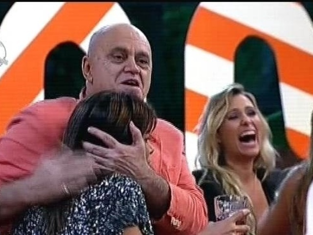 "08.dez.2014 - Oscar Maroni abraça Heloísa Faissol durante a última festa de ""A Fazenda 7"""