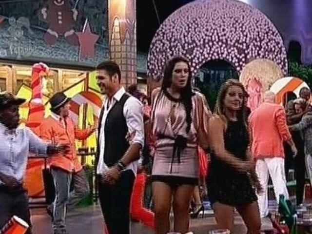 """08.dez.2014 - Peões eliminados voltam para sede para última festa de """"A Fazenda 7"""""""