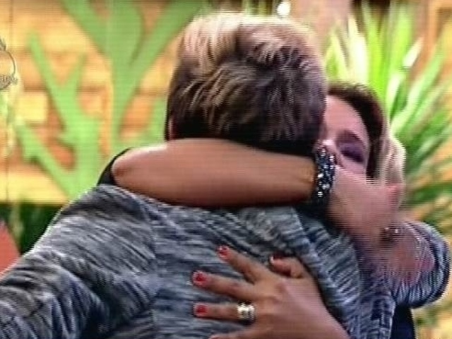"""08.dez.2104 - DH abraça Sorvetão na última festa de """"A Fazenda 7"""""""