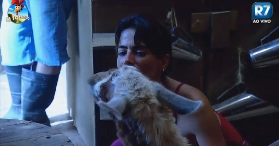 "8.dez.2014 - Heloísa beija lhama em ""A Fazenda 7"""