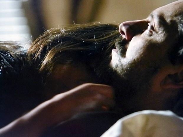 8.dez.2014 - José Alfredo (Alexandre Nero) chega a ir para a cama com Cora (Marjorie Estiano)