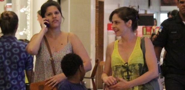 """Afastada de """"Império"""" por causa de uma faringite, Drica Moraes passeou sorridente com o filho Mateus por um shopping na zona sul do Rio nesta segunda-feira (8)"""