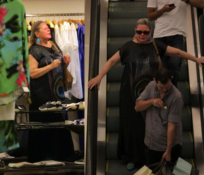 8.dez.2014- Com quilinhos a mais, Vera Fischer é flagrada durante passeio em um shopping na Gávea, zona sul do Rio. A atriz, que completou 63 anos no dia 27 de novembro, circulou no local de óculos escuros e vestido longo