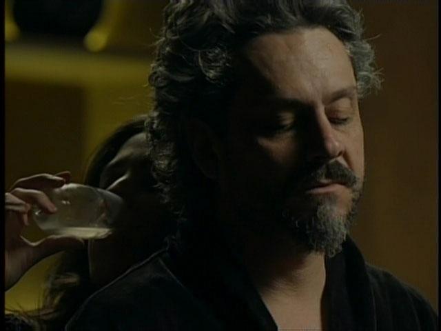 Cora (Marjorie Estiano) acaricia e beija José Alfredo (Alexandre Nero) empolgada com a possibilidade de perder a virgindade