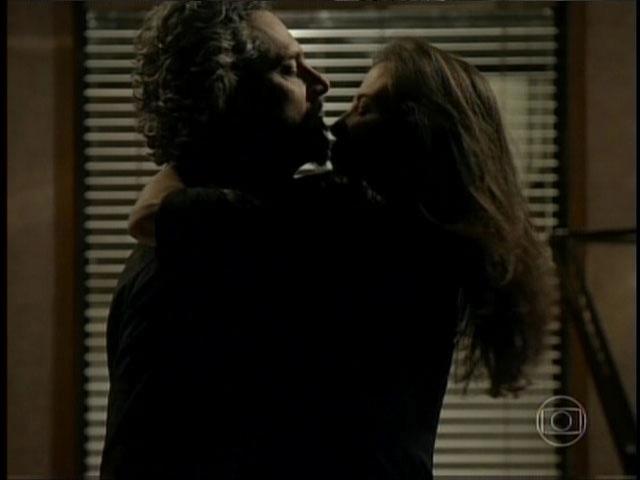 """O Comendador não reage e espera que o """"Boa noite, Cinderela"""" faça efeito em Cora que o beija e dispara: """"Torna meu sonho realidade"""""""