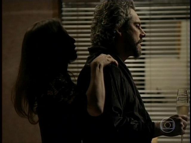 """Visivelmente incomodado, Zé Alfredo ouve Cora: """"me devora, vem me fazer mulher..."""""""
