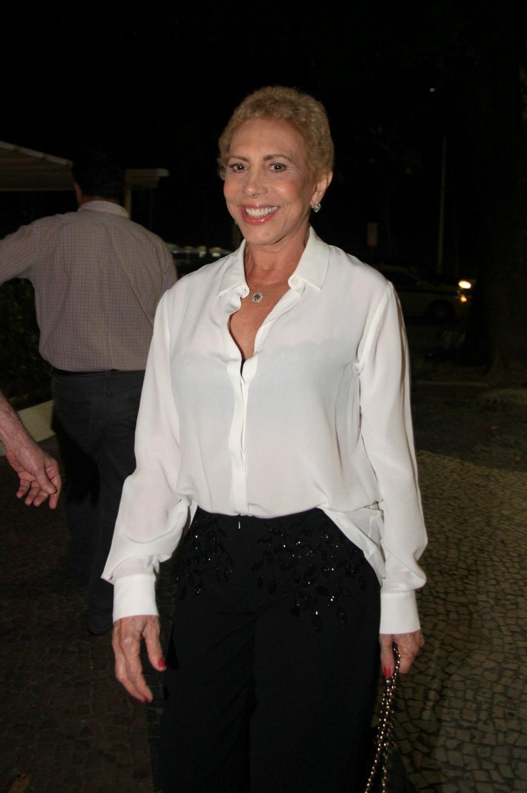 8.dez.2014 - Arlete Salles vai à comemoração de 79 anos de Boni que reuniu vários famosos em um restaurante em Copacabana, na zona sul do Rio de Janeiro, nesta segunda-feira