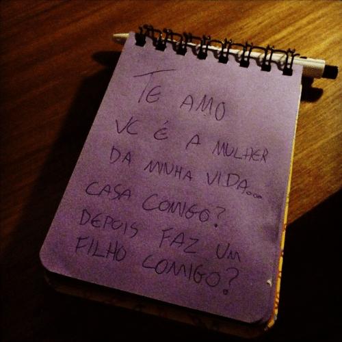 8.dez.2014 - Débora Nascimento ganha uma declaração de amor do ator José Loreto em um bilhetinho romântico