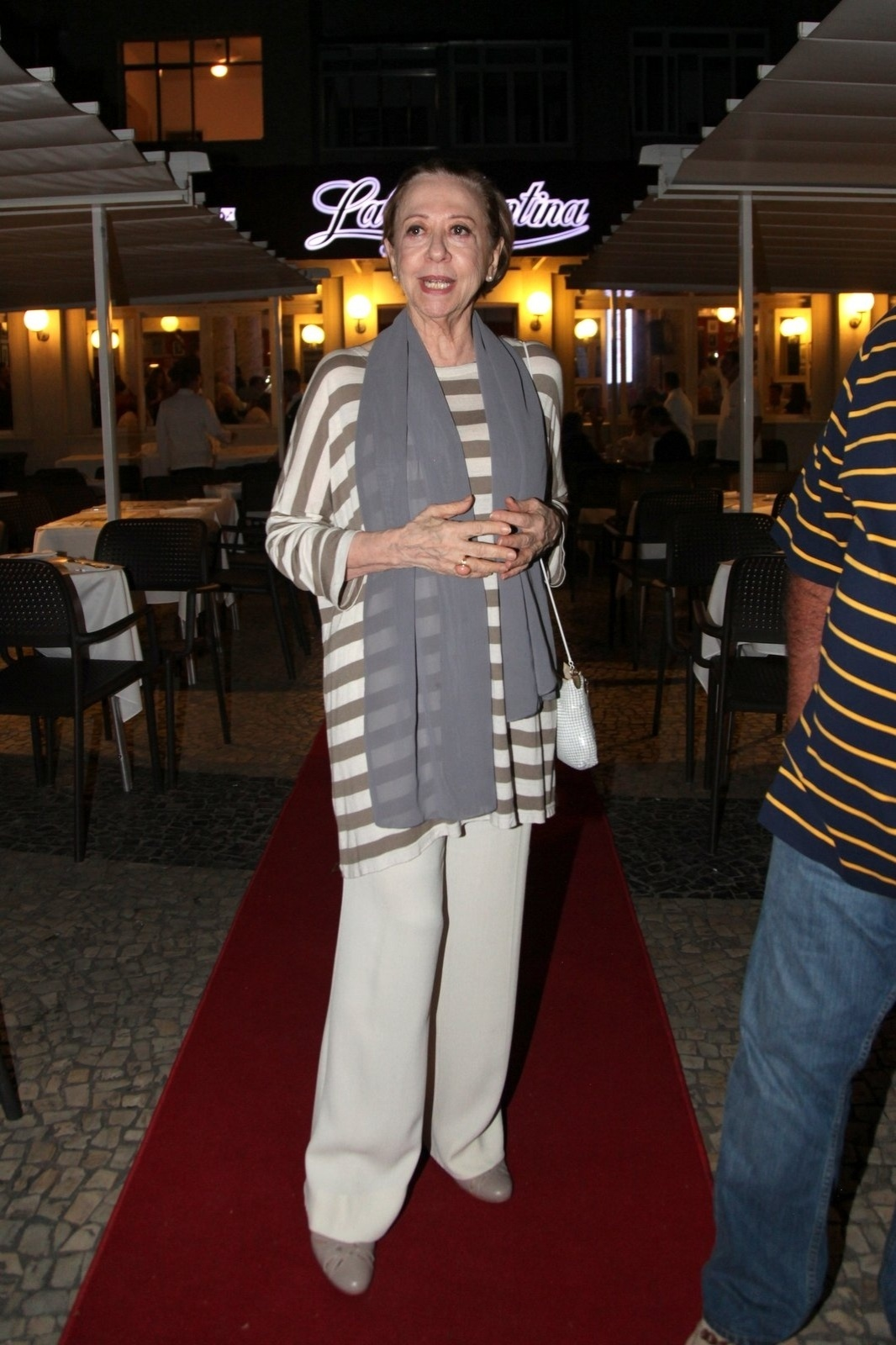 8.dez.2014 - Fernanda Montenegro comparece à comemoração de 79 anos de Boni que reuniu vários famosos em um restaurante em Copacabana, na zona sul do Rio de Janeiro, nesta segunda-feira