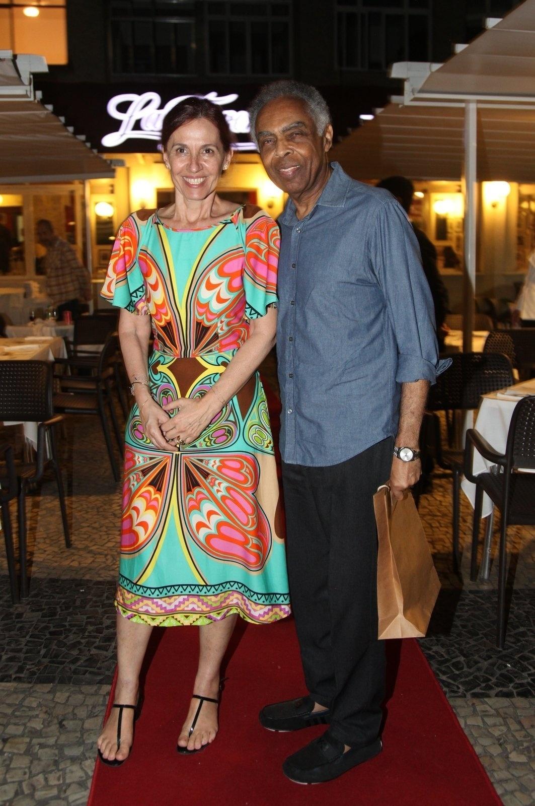 8.dez.2014 - Gilberto Gil é acompanhado pela mulher, Flora Gil, na comemoração de 79 anos de Boni que reuniu vários famosos em um restaurante em Copacabana, na zona sul do Rio de Janeiro, nesta segunda-feira