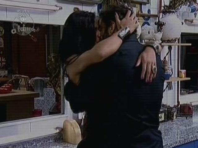 8.dez.2014 - Lorena Bueri e Diego Cristo se beijam na cozinha durante a festa final de